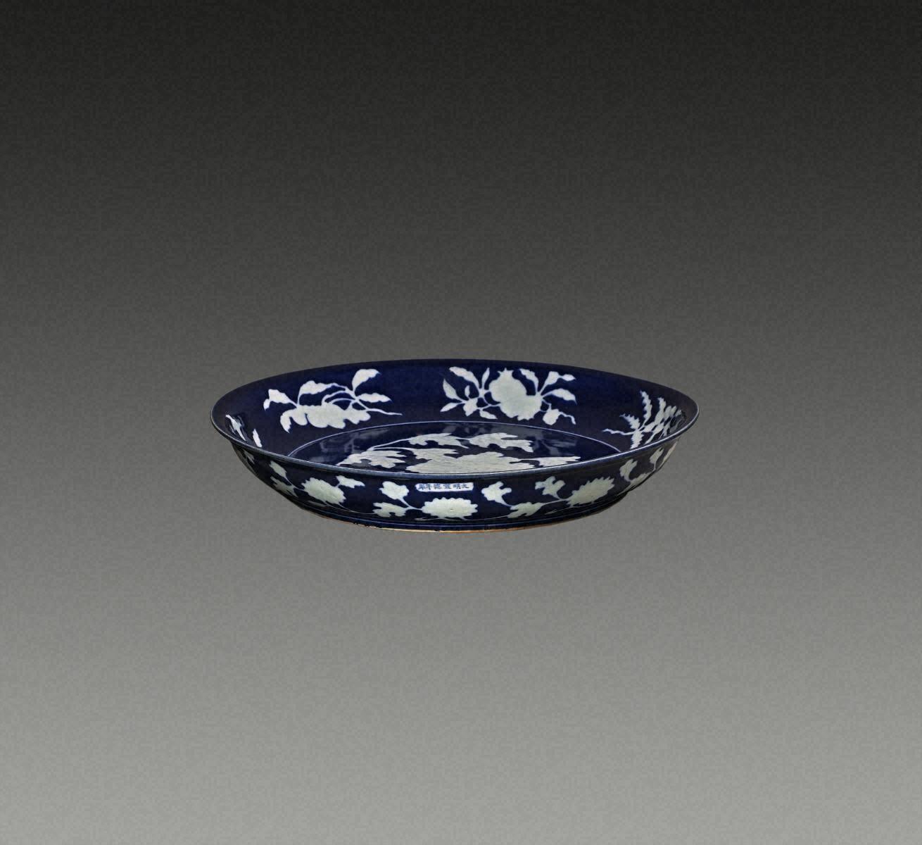 藍釉白花  牡丹紋  盤(「大明宣德年製」銘)