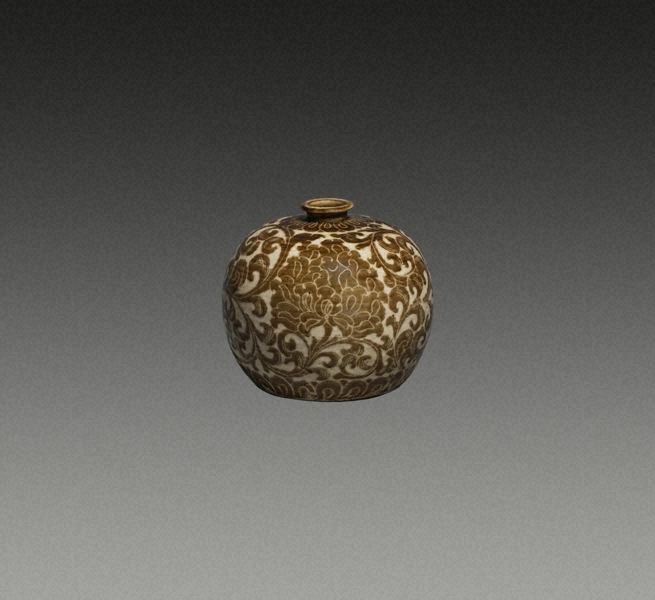 白瓷铁锈花 牡丹卷草纹 瓶