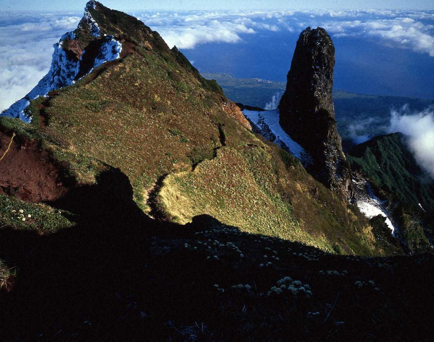利尻岳南峰とロウソク岩