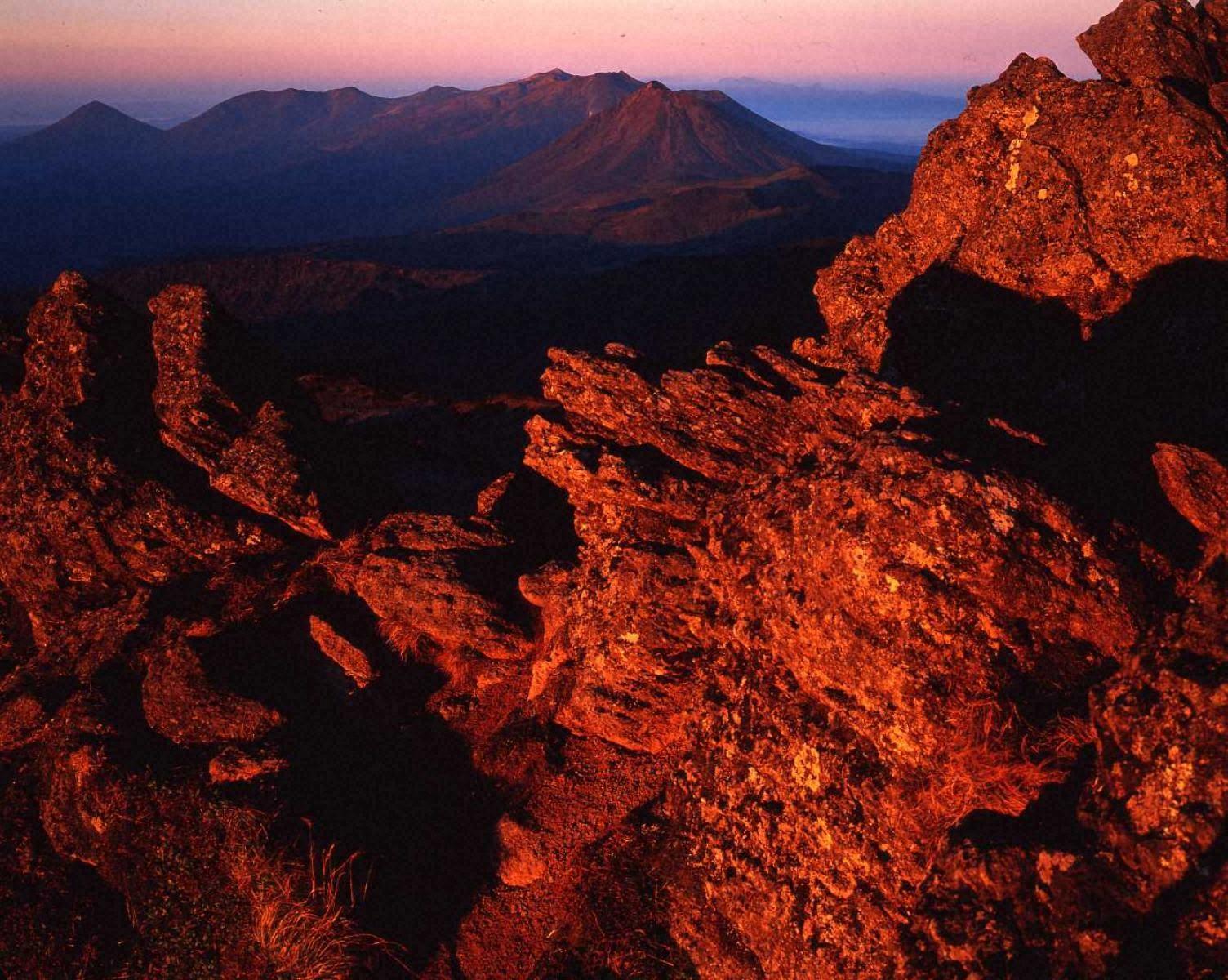 朝焼けの十勝岳連峰(トムラウシ山より)