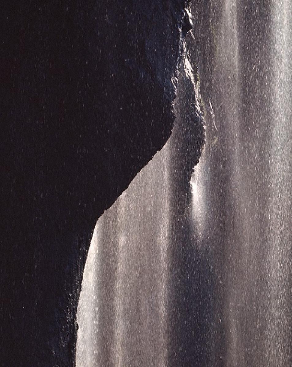逆光にほとばしる滝