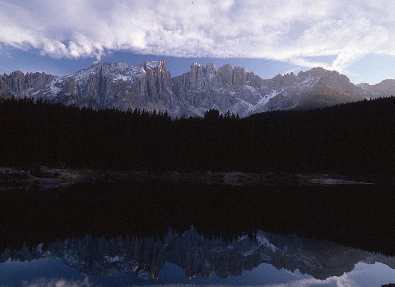 夕暮れ時のラーゴ・ディ・カレッツァと山並み