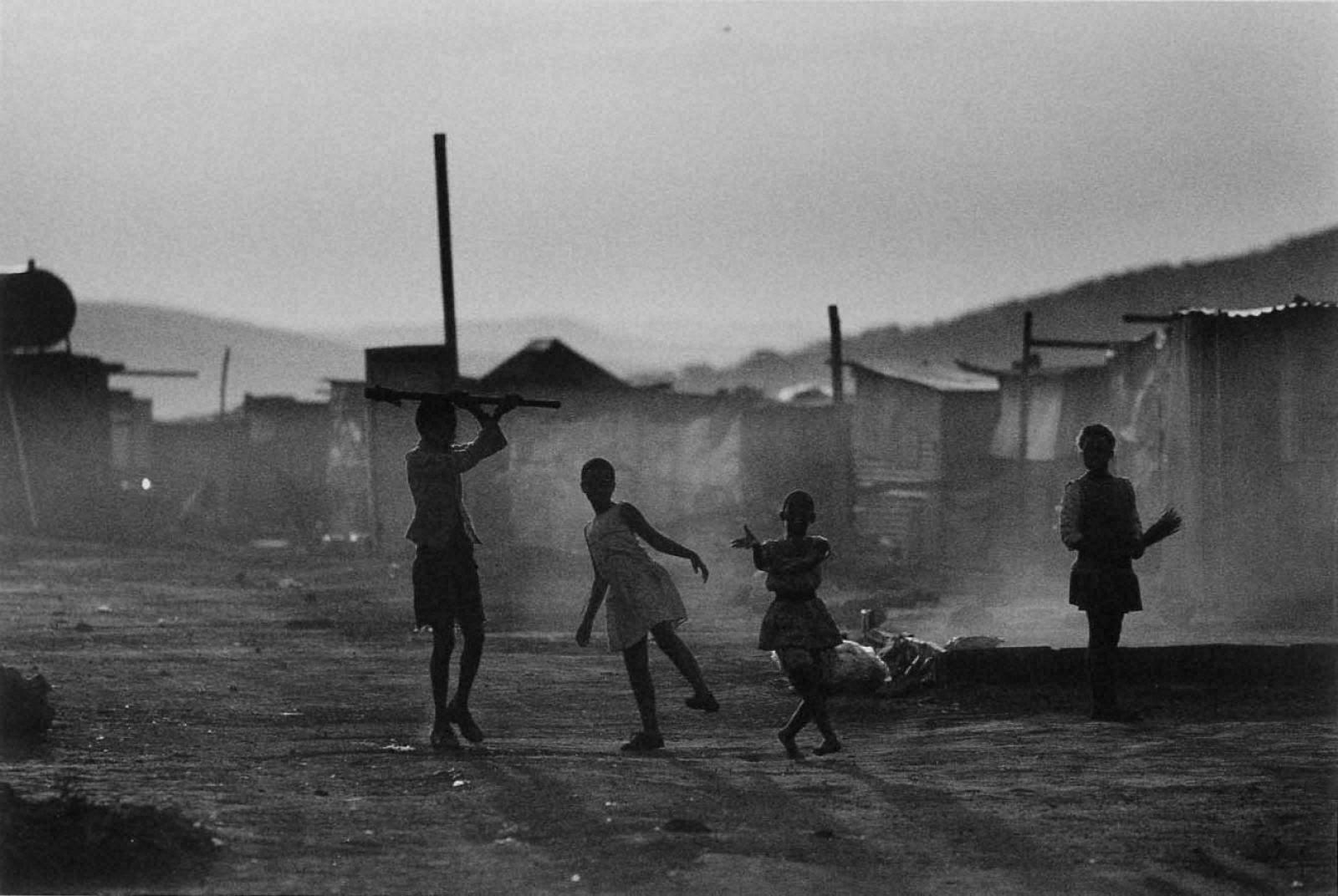 戦場から人間へ―長倉洋海18年の軌跡 日没に、子供たちの姿がシルエットになった
