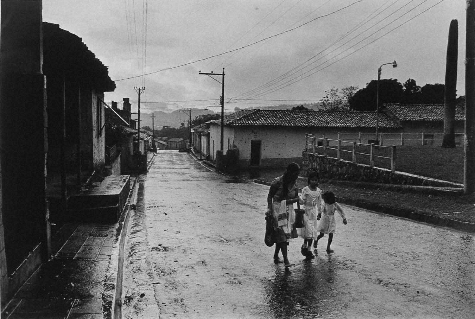 戦場から人間へ―長倉洋海18年の軌跡 雨の中を行く母子