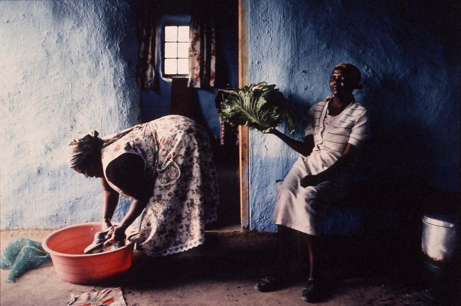 戦場から人間へ―長倉洋海18年の軌跡 キャベツを持つ女と洗濯する女
