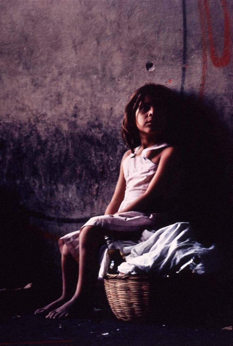 戦場から人間へ―長倉洋海18年の軌跡 市場で母の帰りを待つ少女