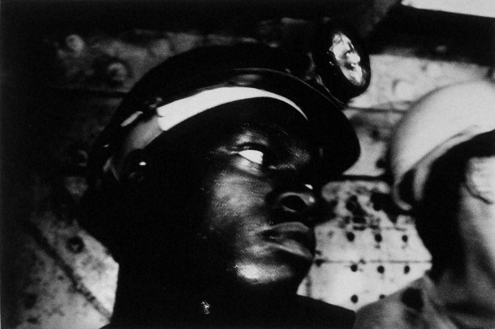 戦場から人間へ―長倉洋海18年の軌跡 地下三千七百メートルの金鉱で働く