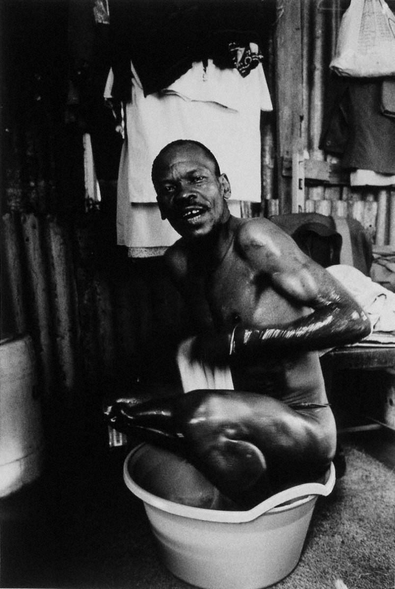 戦場から人間へ―長倉洋海18年の軌跡 仕事前に水浴びをする男性
