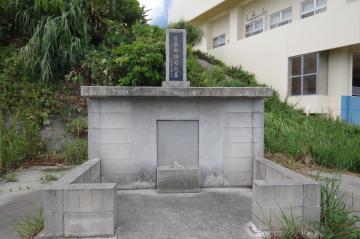 屋嘉部按司の墓(47651.jpg)