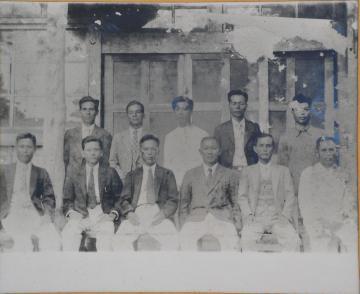 佐敷村役場の吏員たち(555.jpg)
