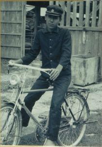 自転車に乗る学生()
